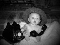 dziecko z telefonem stacjonarnym